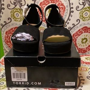 Torrid size 9 1/2 scalloped black wedge shoe